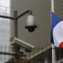 Drapeau français en berne à l'ambassade française à Pékin (crédits photo : Kim Kyung-Hoon/Reuters)