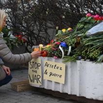 La communauté française en Russie rend hommage aux victimes devant l'ambassade à Moscou. (crédits photo : Dimitry Serebryakov/AFP)