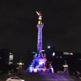 L'ange de l'indépendance, situé à Mexico, revêt les couleurs françaises par solidarité. (Crédit photo : Yuri Cortez/AFP)