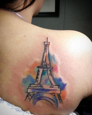 Levin, tatoueur situé aux Philippines, a encré une Tour Eiffel au dos de cette jeune fille, prête à témoigner de sa tristesse suite aux attentats. (Crédit photo: Instagram/@eveningtheodds)