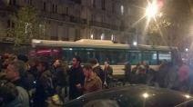 Des bus arrivent sur place après les tirs devant le Bataclan. (Crédit photo : Instagram/porteouverte)