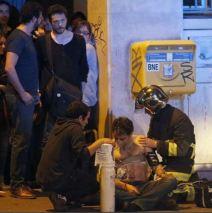 Les pompiers soignent les blessés dans la rue dans des conditions dangereuses. (Crédit photo : Instagram/porteouverte)
