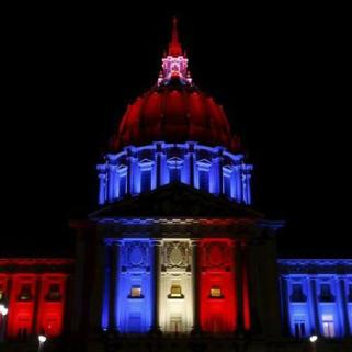 La mairie de San Francisco aux couleurs du drapeau français (crédits photo : Stephen Lam/Reuters)