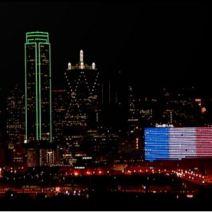 A Dallas, l'Omni Hotel déploie les couleurs du drapeau français. (Crédit photo : Twitter/DavidFinfrock)