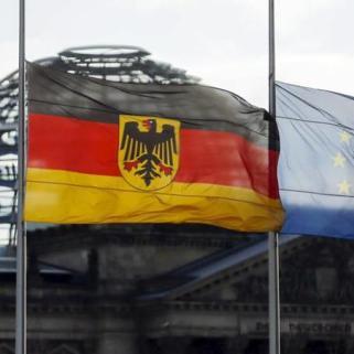 Devant le parlement de Berlin, les drapeaux ont été mis en berne par solidarité (crédits photo : Hannibal Hanschke/Reuters)