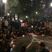 Rassemblement spontané à New York en hommage aux victimes (crédits photo : Consulat français de New York)
