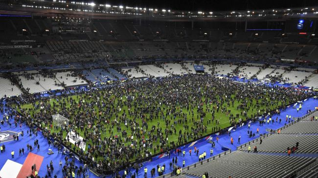 La pelouse du Stade de France noire de monde, après un mouvement de foule lors de l'évacuation du stade. (Crédit Photo : Eurosport.fr)
