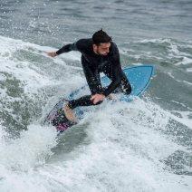 Ces surfeurs nous montrent qu'il est possible de faire du surf en Méditerranée, surtout après le mauvais temps. Crédit : Matthias Somm