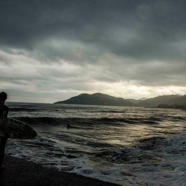 Les surfeurs profitent d'une vue exceptionnelle, dans les dernières lueurs du jour. Crédit : Matthias Somm