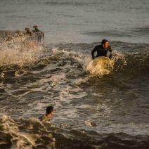Les derniers rayons accompagnent les surfeurs en attendant la prochaine série. Crédit : Matthias Somm