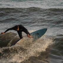 Malgré des vagues un peu molles, certains enchaînent les manoeuvres... Crédit : Matthias Somm.
