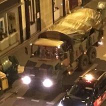 Les renforts armés ont rejoint les lieux rue du Faubourg Saint-Antoine. (Crédit photo : Twitter/alicedarfeuille)