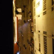 Plusieurs personnes jettent des draps par les fenêtres afin de couvrir les corps des victimes. (Crédit photo : Twitter/Mr3xGame)