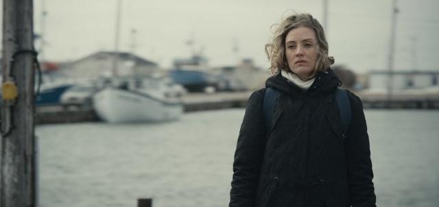 Seule, Elie (Evelyne Brochu) est en quête de son passé sur les Îles-de-la-Madeleine. (Crédit photo: www.filmsquebec.com)