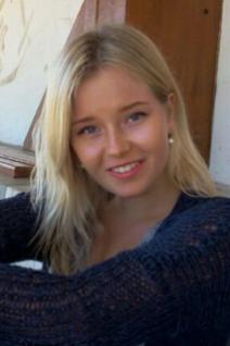 Eeva Saleva, 20 ans, Stockholm, Suède. «Je suis vraiment optimiste pour mon futur professionnel. Je vis dans un pays où nous avons des universités de qualité, donc je sais que j'aurai une bonne formation. J'apprécie notre système social qui nous permet d'étudier longtemps grâce aux aides financières. Je me destine à étudier le business et l'économie. Il y a de nombreuses opportunités dans le pays et ces études me permettent d'avoir une carrière internationale, ce que je trouve fascinant. J'espère trouver un travail qui me permettra de mettre à profit ma créativité. En général, les jeunes de mon pays sont très optimistes. Depuis que l'Europe fait face à la crise et à la récession, les perspectives d'embauche sont bien évidemment moins nombreuses. Mais depuis quelques années, la situation du marché professionnel s'est améliorée dans le pays. C'est pourquoi les jeunes sont beaucoup plus optimistes pour leur futur qu'il y a cinq ans par exemple. Il y a une bonne qualité de vie dans le pays, et cela nous permet d'aborder notre avenir avec sérénité.»Crédit: Eeva Saleva