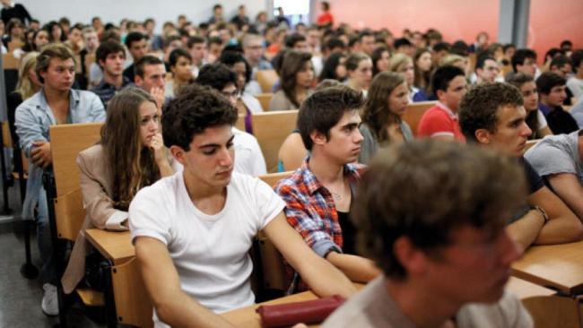Des jeunes Français réunis dans l'amphithéâtre de leur université. Crédit: Reuters.