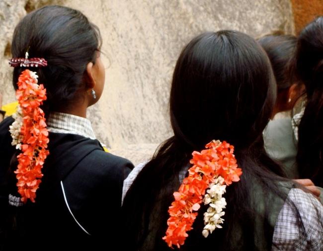 Des étudiantes indiennes portant des fleurs de jasmin dans leurs cheveux, une tradition hindouiste. Crédit : Camille Maleysson.