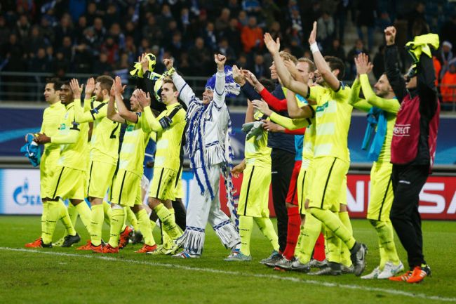 Les joueurs de La Gantoise en communion avec leur public après leur qualification historique. (Crédit : 7sur7.be)