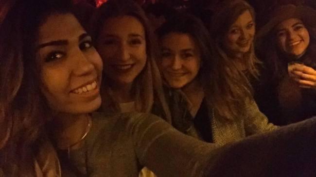 Après les attentats, Nawel, elle aussi, continue de sortir avec ses amies. Crédit : Nawel Sahtout.