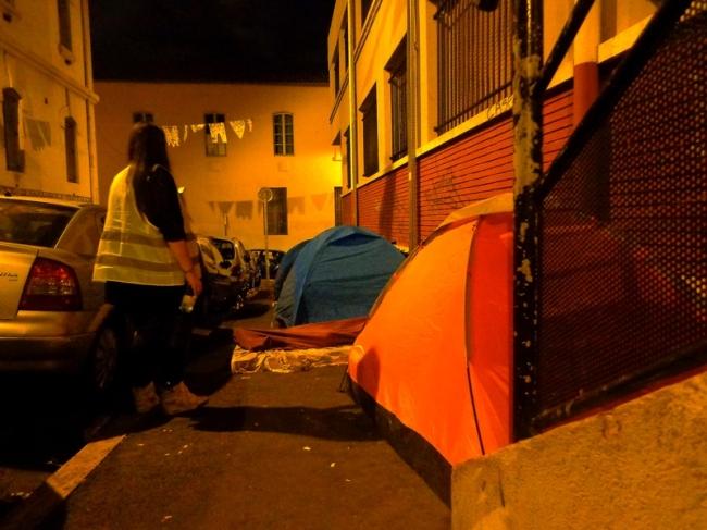 La maraude se termine aux alentours de la gare Saint-Charles. Dans le quartier Belsunce, de nombreuses familles dorment sous des tentes, faute de moyens. Crédit : G. B-B