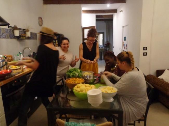 Les six filles présentes ce soir cuisinent une soixantaine de repas qu'elles iront ensuite distribuer dans Marseille. Crédit : G. B-B