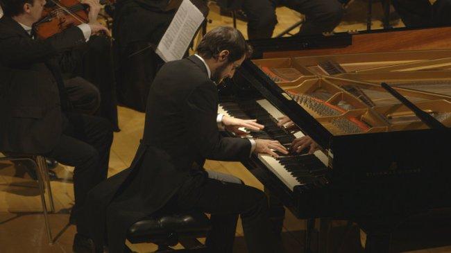 Flavio Villani interprète le Concerto pour piano numéro 2 de Rachmaninov. (Crédit photo : Minerva Productions)