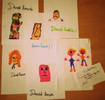 Betty Rose, 7 ans et June, 4 ans ont fait des dessins retraçant divers visages du génie Bowie (Facebook Clothilde Lanners).