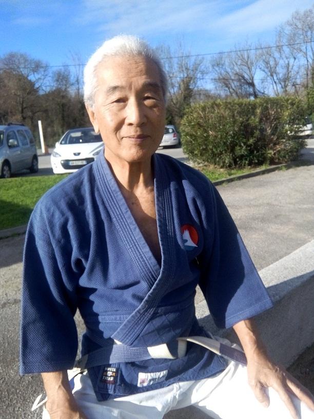 Hiroo Mochizuki devant son dojo à Salon de Provence