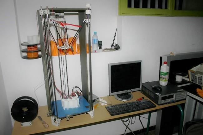 L'imprimante 3D a été construite grâce à des fichiers en accès libre qui permettent de réduire significativement les coûts. (Créditphoto : Guillaume Soudat).