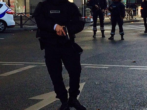 Les policiers, armes à la main, ont bouclé le quartier de Barbès. (Crédit photo : Twitter/Hugo Clément)
