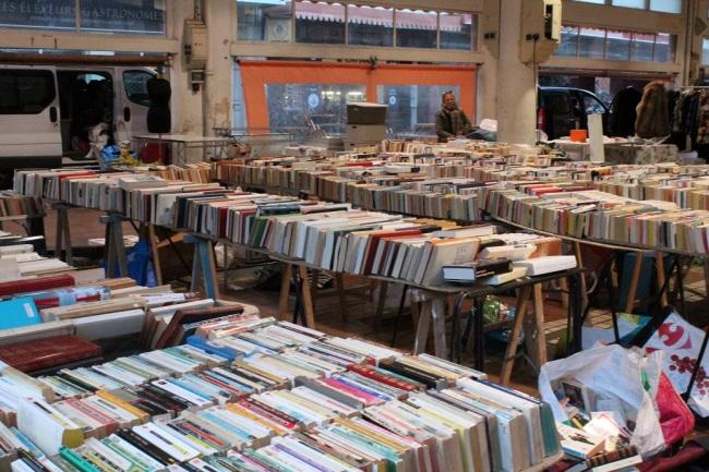 Un stand de livres au marché de Cannes (2)