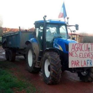 Dans les Vosges, les agriculteurs s'expriment en écrivant sur leurs tracteurs. (Crédit : Facebook Maximilien Didier )