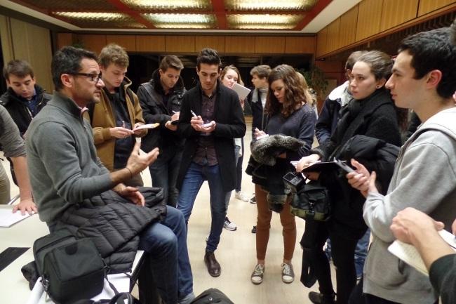 Dans la salle de conférence les étudiants notent les explications pour rédiger un article sur leur visite. (Crédit photo: Elsa Hellemans)