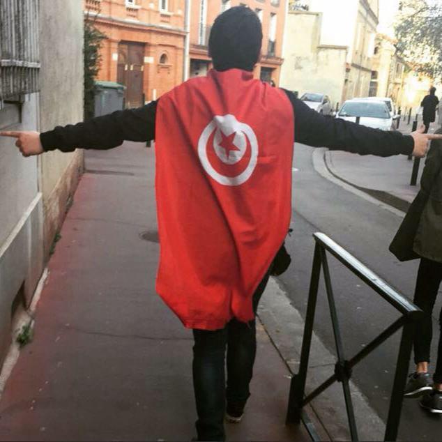 Marwan couvert du drapeau tunisien dans les rues de Toulouse après les manifestations de soutien aux victimes de l'attentat du Bardo et contre l'islamisme radical. Crédit photo: Etienne Merle