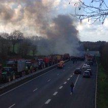 A Ploërmel, en Bretagne, la route nationale a été bloquée par des agriculteurs, qui y ont brûlé du fumier. (Crédit : Twitter/@pierra56)
