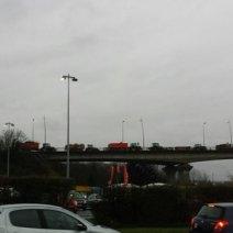 Le périphérique de Caen a été bloqué à partir du viaduc de Calix par des agriculteurs. (Crédit : Twitter/@SimonPatry)