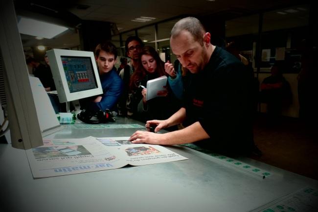 Un technicien explique l'impression en quadrichromie [quatre couleurs ndlr] aux étudiants. Crédit photo Elsa Hellemans