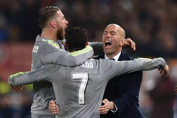 Christiano Ronaldo est venu célébrer son but dans les bras de son entraineur, Zinedine Zidane, qui dirigeait son premier match de Ligue des champions.(crédit photo : France TV info)