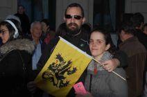 Un drapeau flamand à la main, ces Bruxellois ont du mal à cacher leurs émotions. (Crédit: Thomas Woloch)