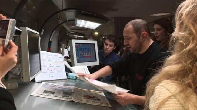 Debout devant son pupitre, Didier a six heures pour vérifier les quatorze éditions de Nice-Matin et Var-Matin (Crédit photo : Nicolas Lellouche)