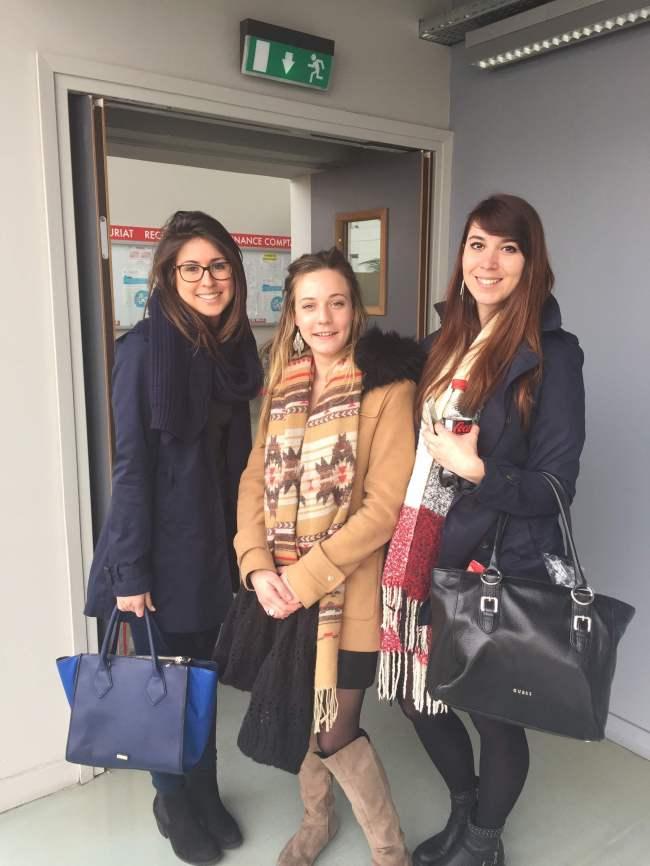 Dona, Lisa (à gauche) et Marion (à droite), trois membres du groupe à l'initiative de la reprise musicale. (Crédit photo : Marion Ptak)
