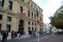 Les drapeaux européens, français et belge ont été disposés en face de la mairie de Cannes. (Crédit: Thomas Woloch)