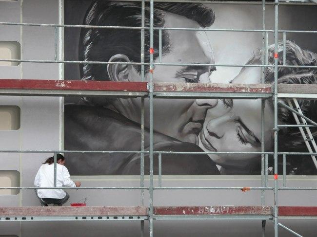 Les peintres de A. Fresco à l'oeuvre lors de la création de la fresque Rue de la République à Cannes. (Crédit photo: Patrick Commecy)