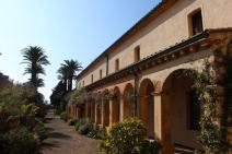 La cour intérieure de l'abbaye de Saint-Honorat et son jardin luxuriant. (Crédit photo: Gaspard Poirieux)