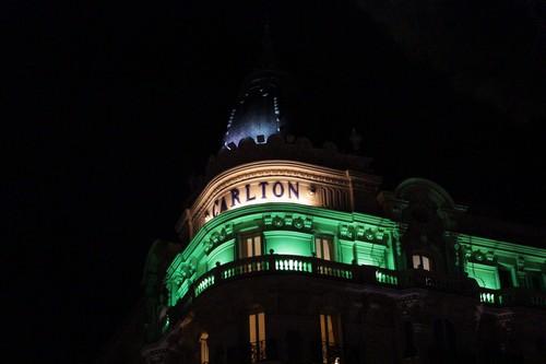 Le Carlton de Cannes illuminée en vert pour la Saint Patrick (Crédit photo : Adrien De Volontat)