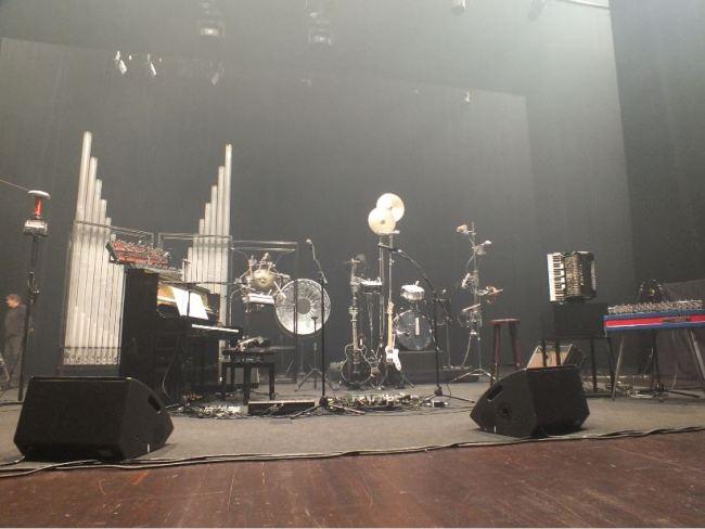 Tous les instruments automatisés de Stephan Eicher de gauche à droite : le telsa coil, l'orgue, les xylophones, le piano, la batterie ou encore l'accordéon (Crédit photo : Laure Le Fur)
