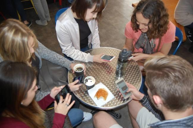 Aujourd'hui, les réseaux sociaux envahissent le quotidien des jeunes. (Crédit photo : Thomas Woloch)
