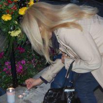 Cette Belge allume des bougies en soutien pour son pays. (Crédit: Thomas Woloch)