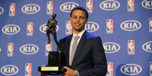 Stephen Curry et son premier trophée de MVP le 4 mai 2015 à Oakland. (Crédit photo: USA Today Sports/Kelley L Cox)