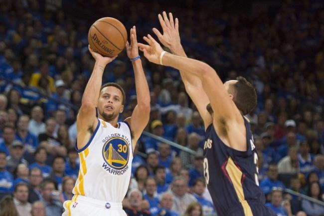 Légende: Stephen Curry s'élance pour marquer un nouveau panier à trois points. Crédit photo: Elliot Bojman